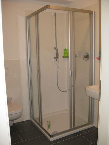 modernes Duschbad mit Fussbodenheizung