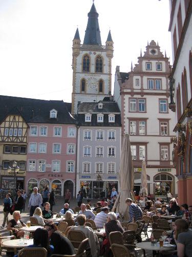 Der Hauptmarkt mit Stadtkirche