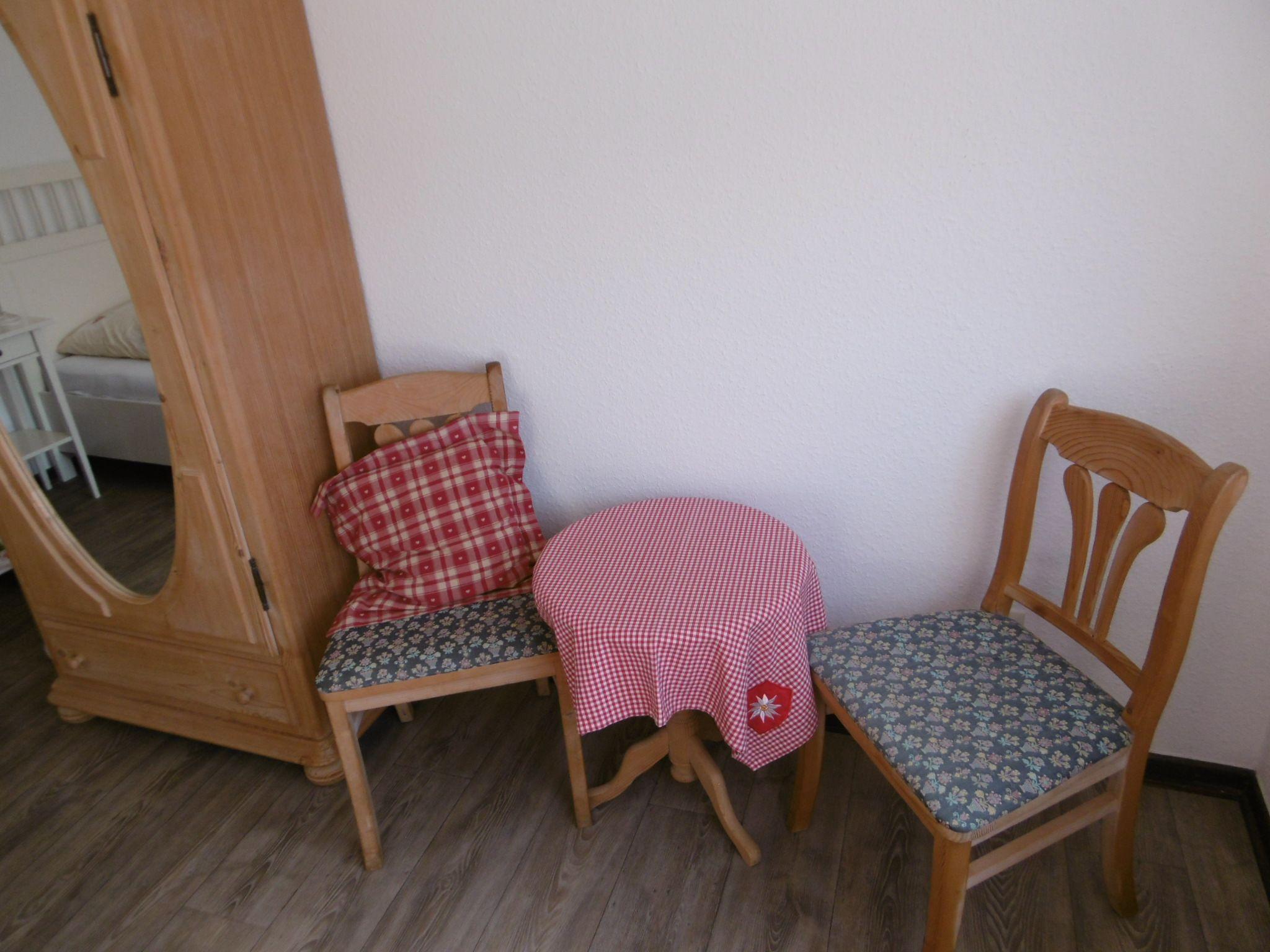 Schrank und Tisch für Einzelschlafzimmer