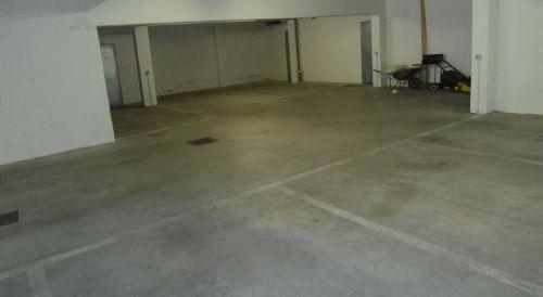 geräumiger Parkplatz für Ihr Auto