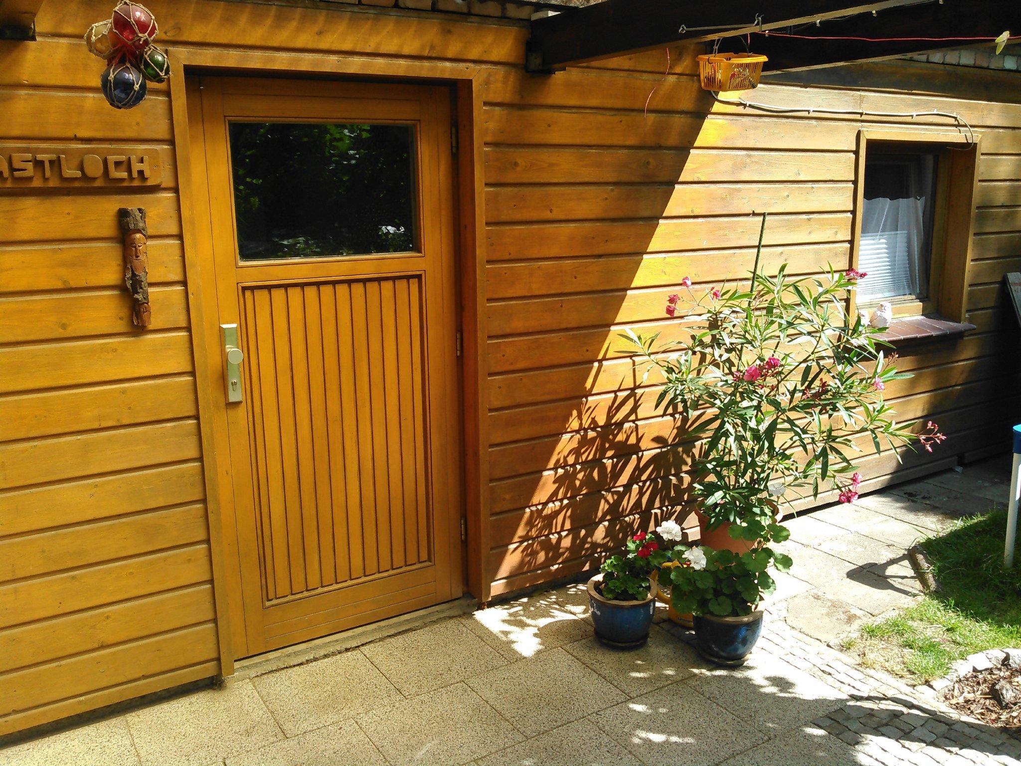 Offene Terrasse mit Blick in den Garten