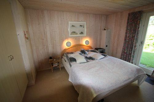 Schlafzimmer mit Ausgang zum Garten