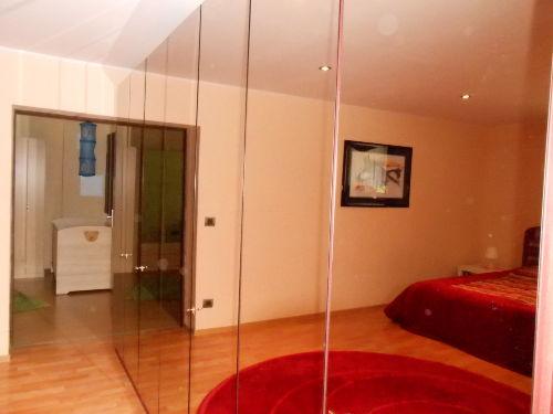 Rotes Zimmer mit Spiegelschrank