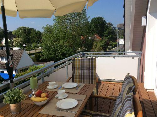 Sonne beim Frühstück auf dem Balkon