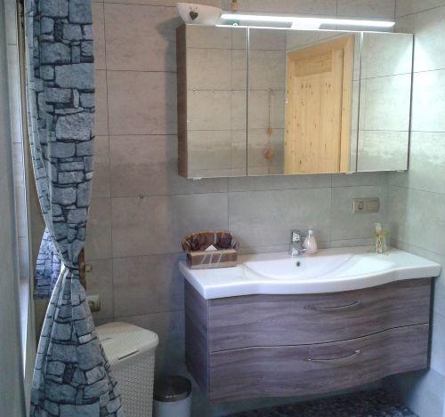Waschtisch im lichterfüllten Badezimmer