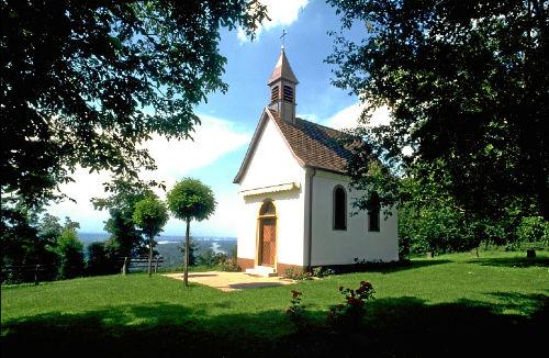 Kapelle in Bamlach, über der Rheinebene
