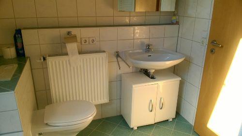 Bad mit Waschbecken, Toilette ...
