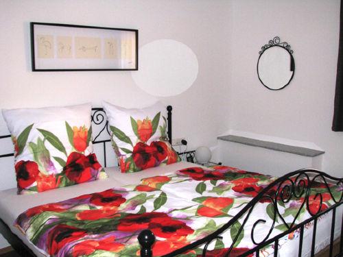 Schlafimmer mit komfortablem Doppelbett