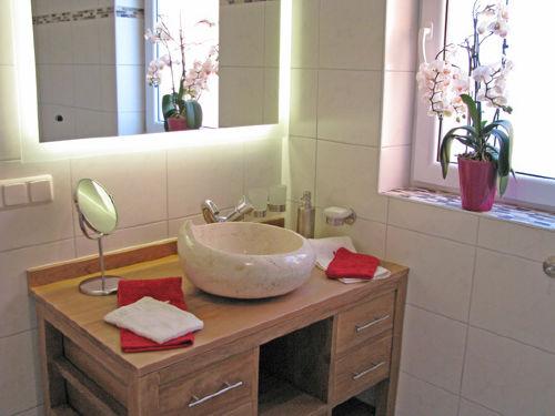Waschtisch mit Marmorbecken im Bad