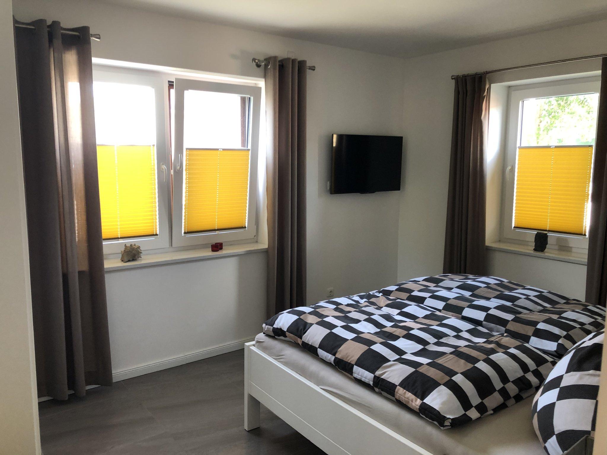 Schlafzimmer 1 mit Außenjalousien
