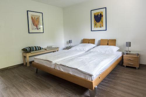 Schlafzimmer mit Doppelbett Wohnung 2