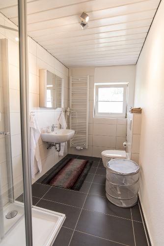Bad mit gro�er Dusche Wohnung 2
