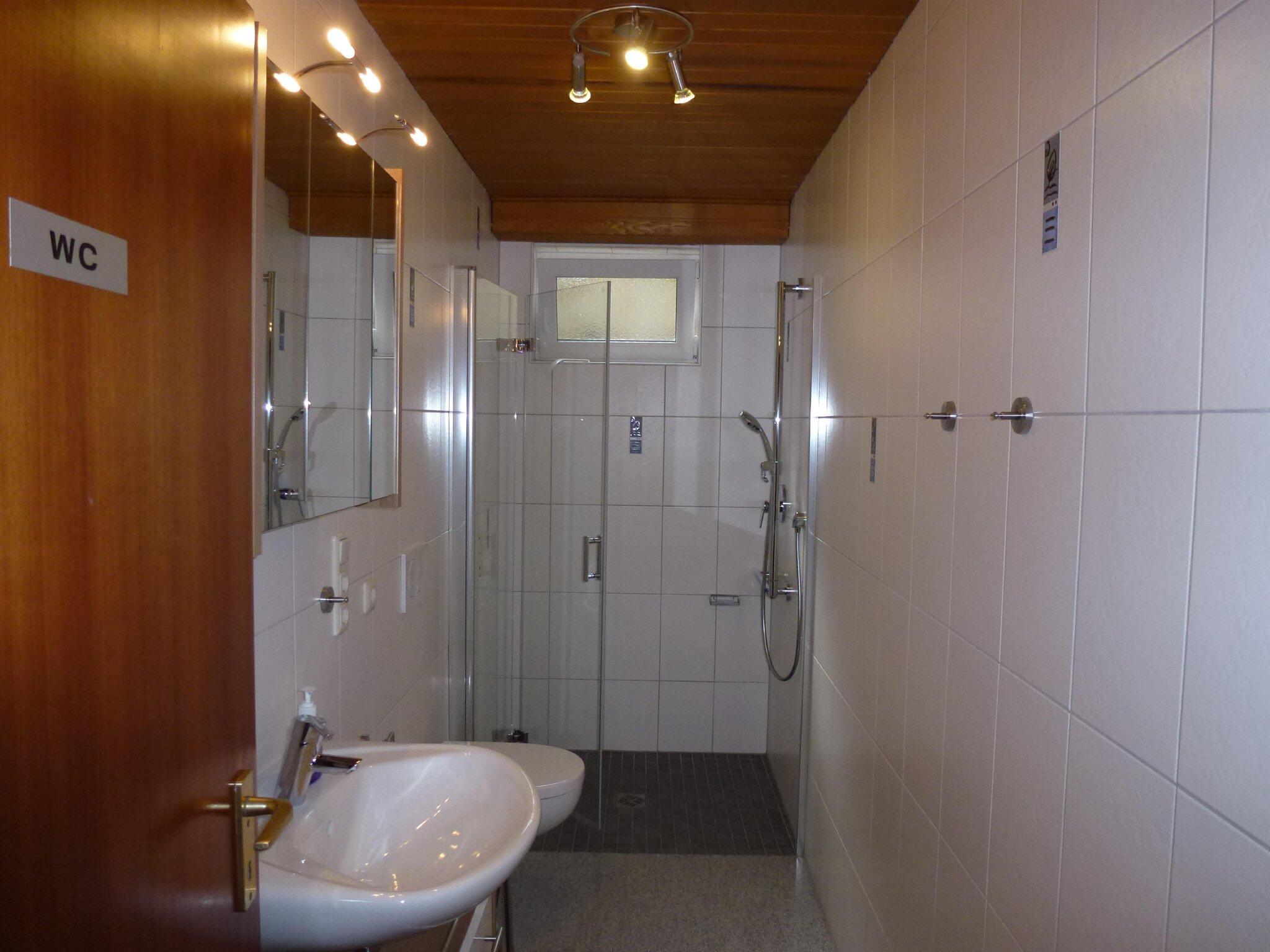 Bad 2 mit Bodenebener Dusche