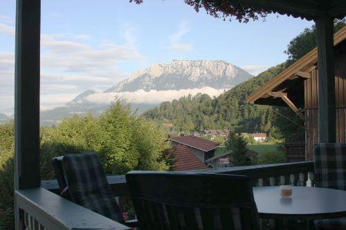 Balkon mit Blick über Ort und Kaiser