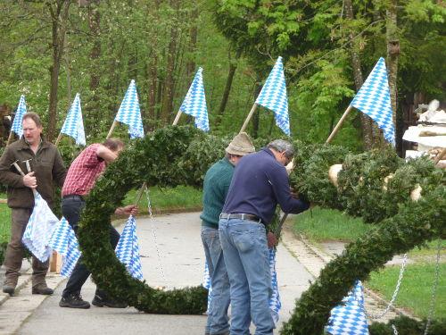 Im Dorf wird der Maibaum aufgestellt