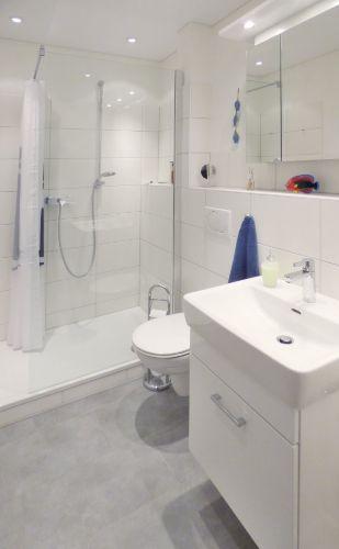 Modernes Bad mit flachem Duscheinstieg