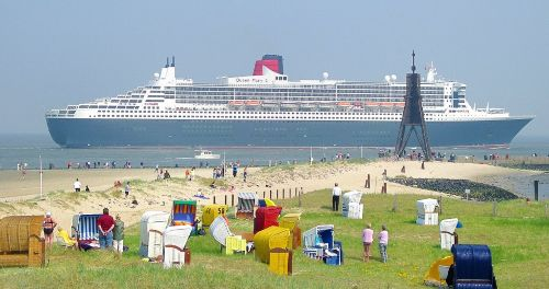 Queen Mary 2 passiert Kugelbake in Cux