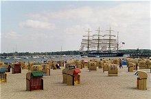 Strand mit Blick auf Traditionssegler