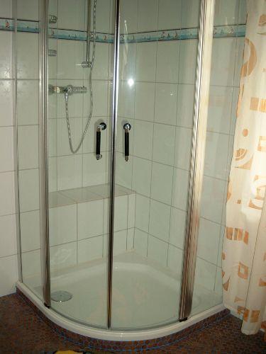 Dusche mit integriertem Sitz