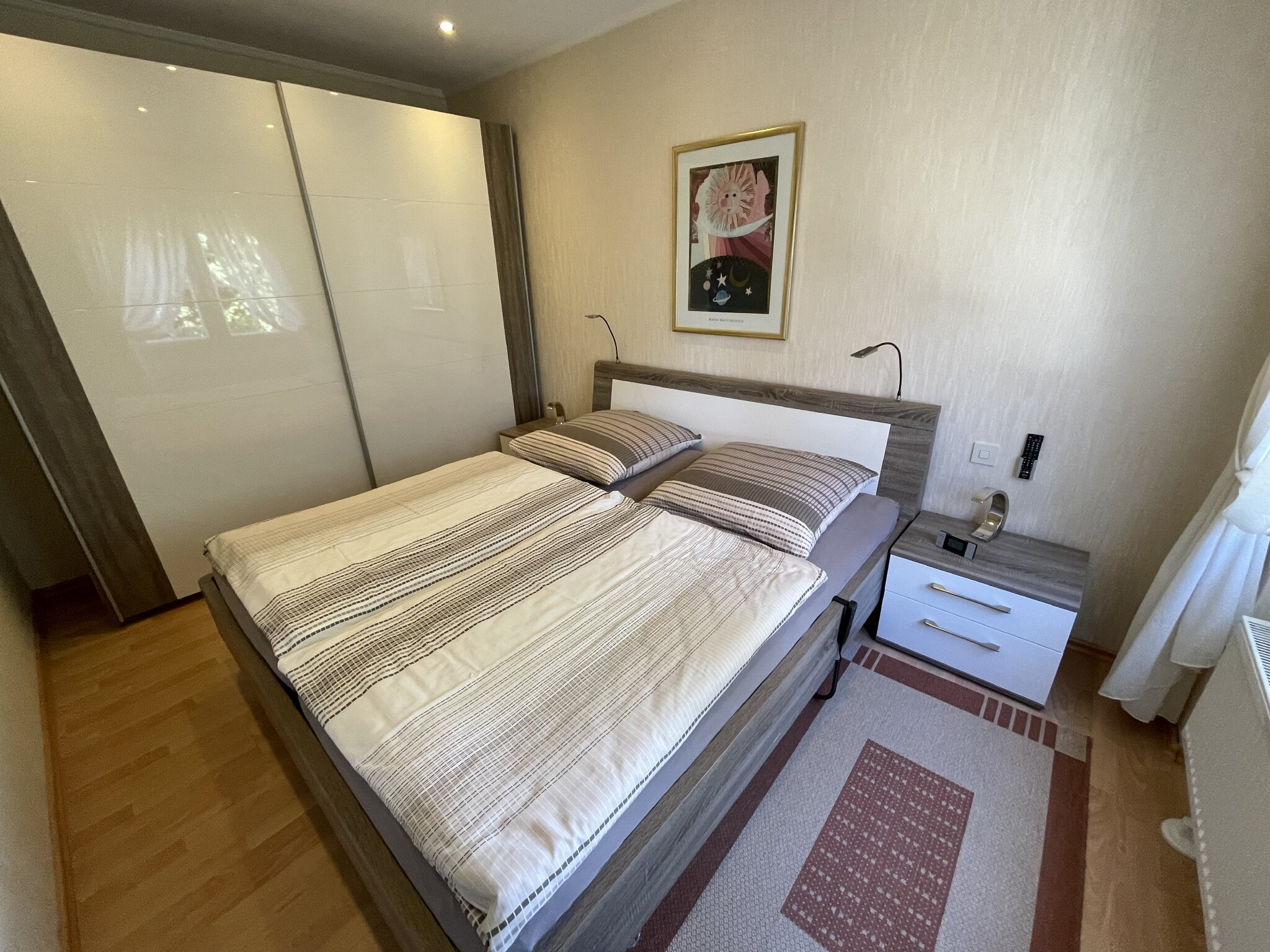 Schlafzimmer mit 42 Zoll TV