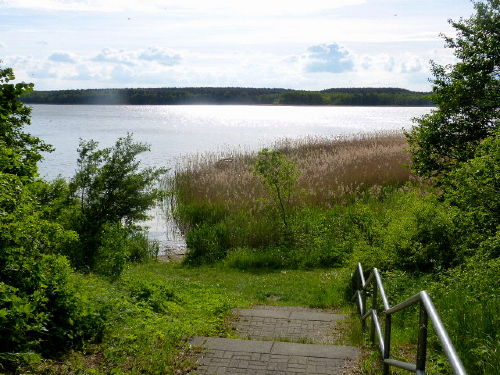 Abgang vom Ferienzentrum zum See