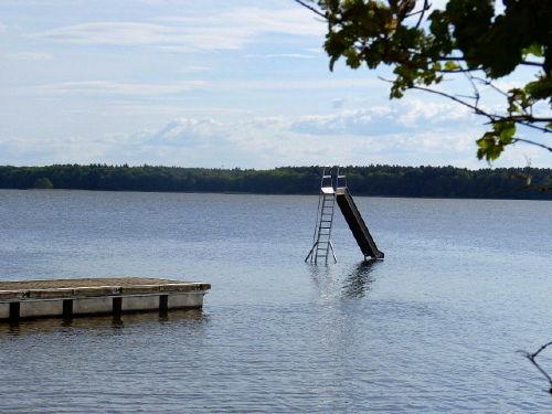Wasserrutsche, Badeinsel beim Seeufer