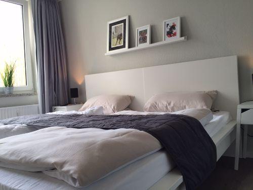 Schlafzimmer mit T�r zur Terrasse