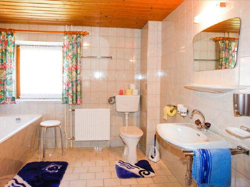 Gr.Bad m.DU,Badewanne,WC + WB + Fenster