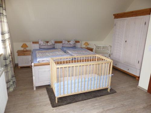 Doppelbett Schalfzimmer mit Babybettchen