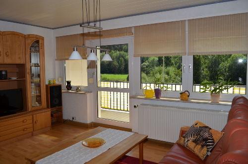 Wohnzimmer mit Balkonaussicht