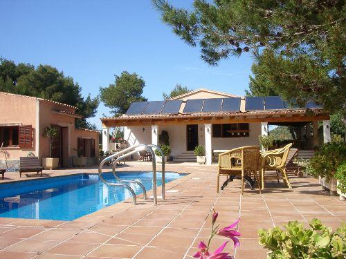 Terrasse mit Pool und Nebenhaus
