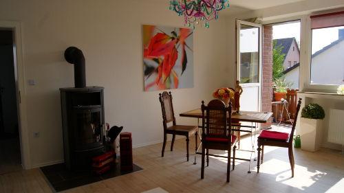 Wohnzimmer mit Kaminofen und Balkon
