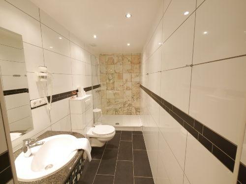 Duschbad eines Premiumzimmers