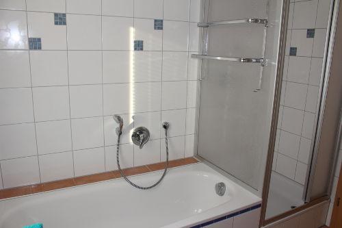 Badewanne und Duschkabine im Badezimmer