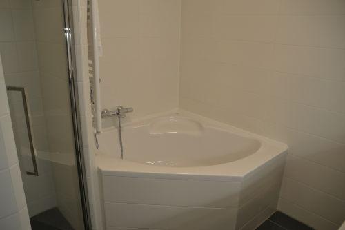 Badezimmer mit Duschbad und Vollbad
