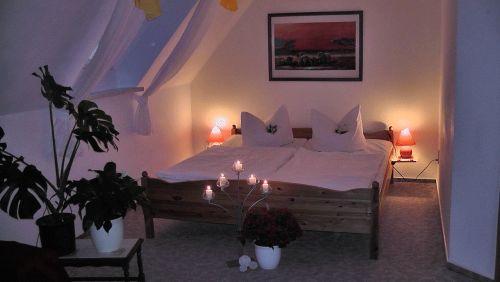Doppelbett im Wohn- und Schlafbereich