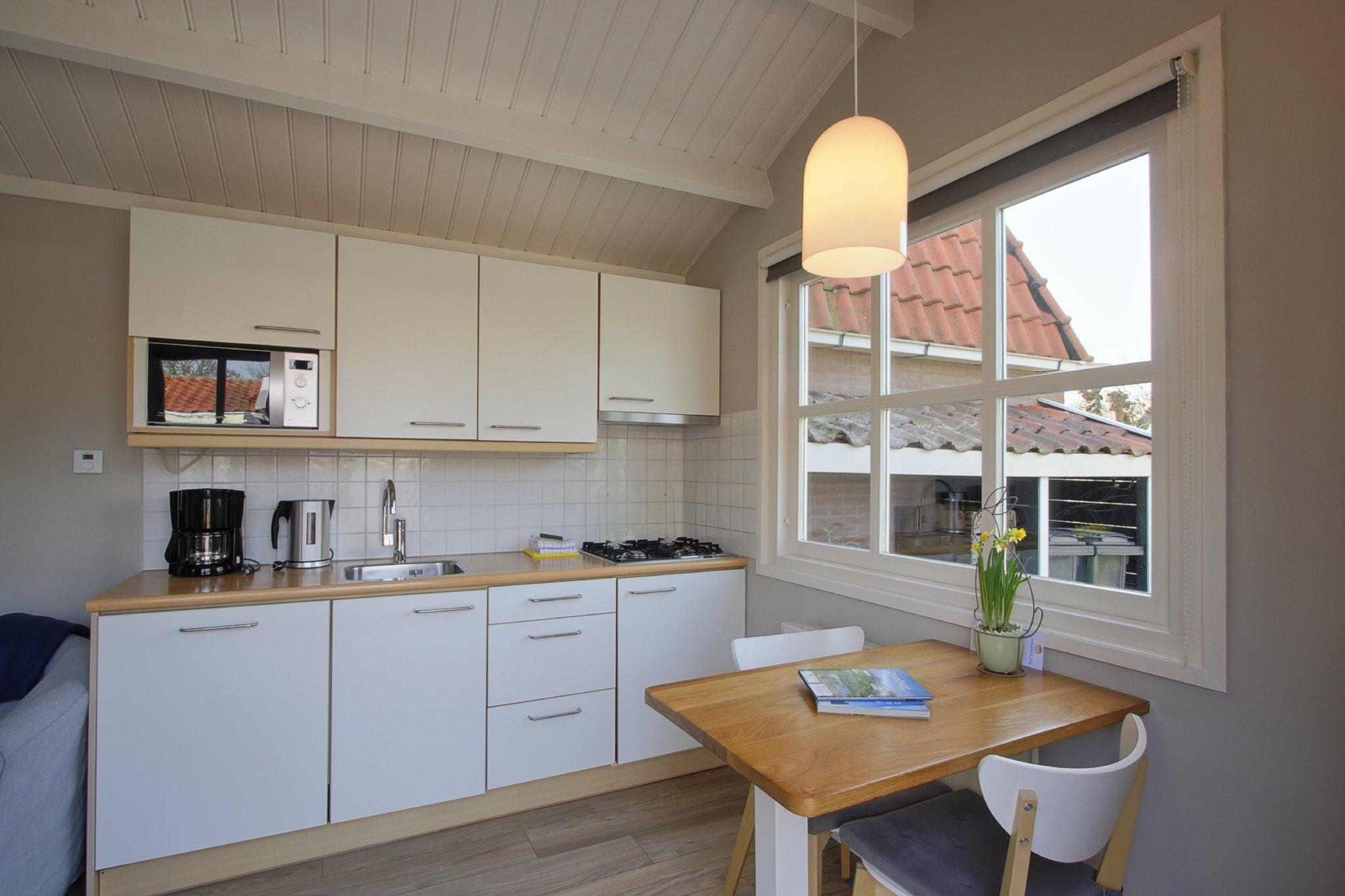 Küche mit Geschirrspüler und Microwelle