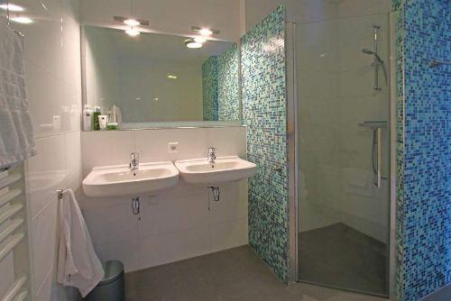 Badezimmer mit Dusche und Bad