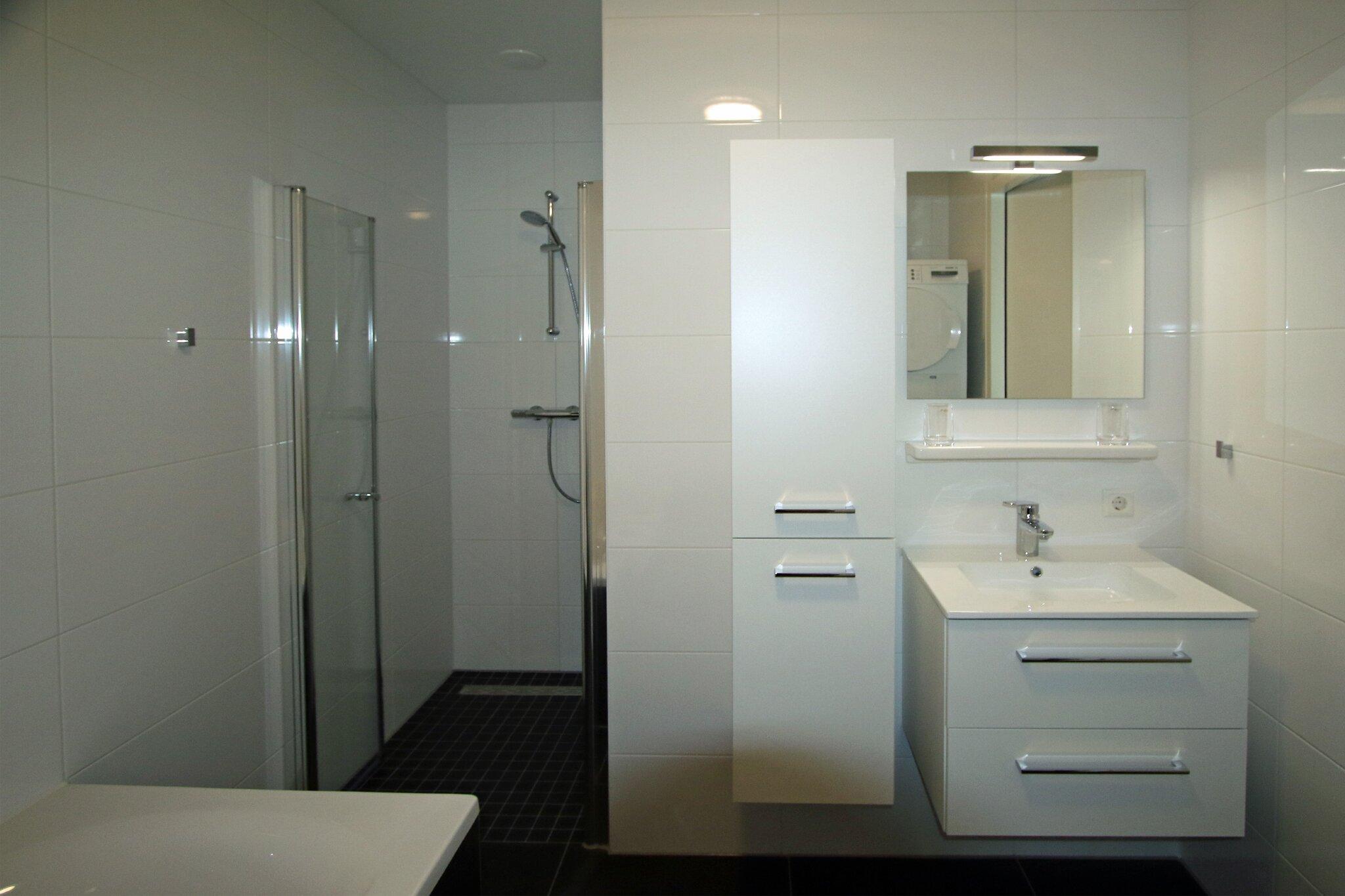 Badezimmer mit Dische und Whirlpoolbad