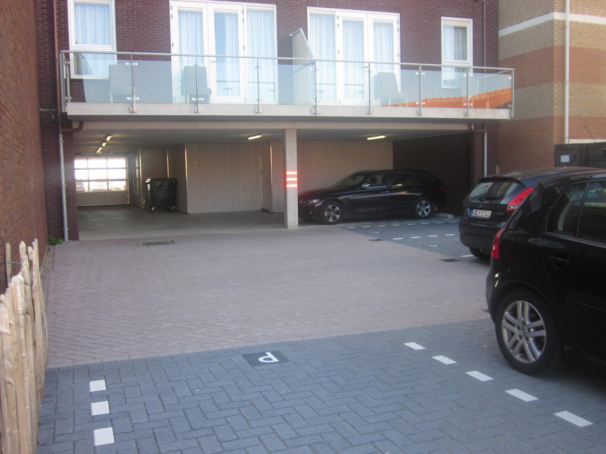Eigene Parkplatz unter dem Gebäude!