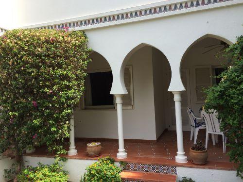 Terrasse mit Zugang zum Garten und Pool