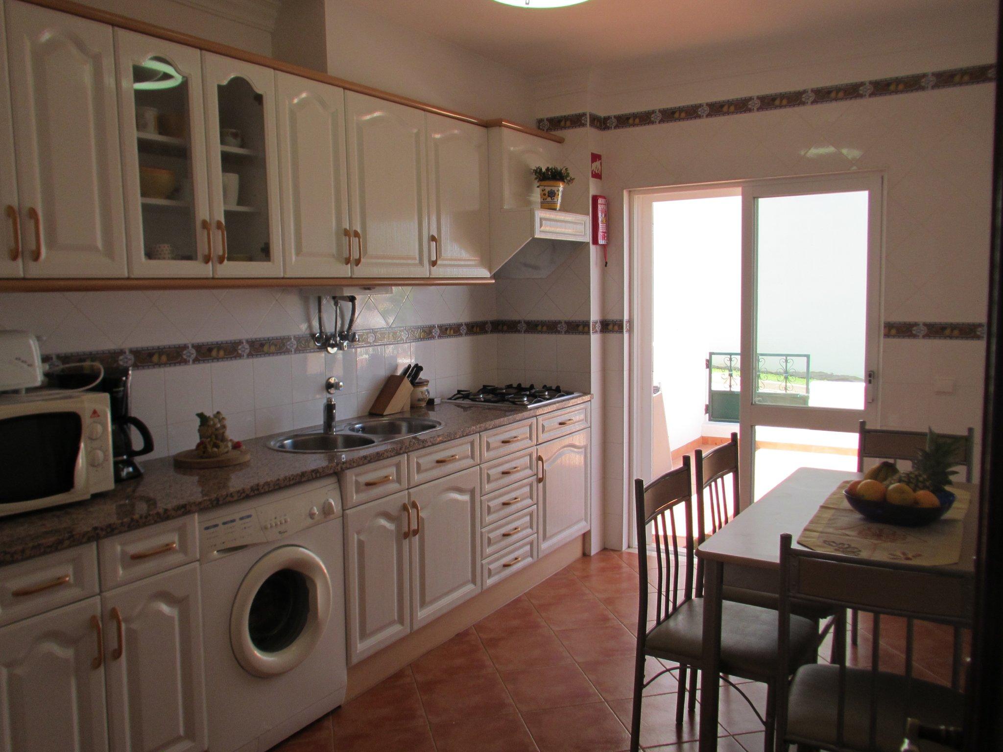 große Küche mit Terrassenzugang