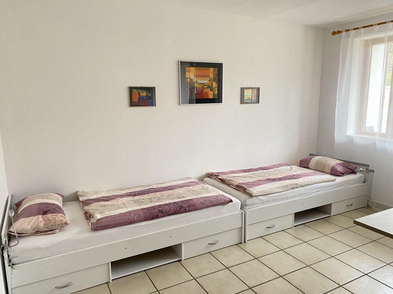 Wohnzimmer mit 2 Einzelbetten