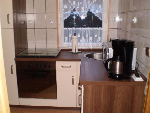 Küche mit Herd, Spüle, Geschirrspüler