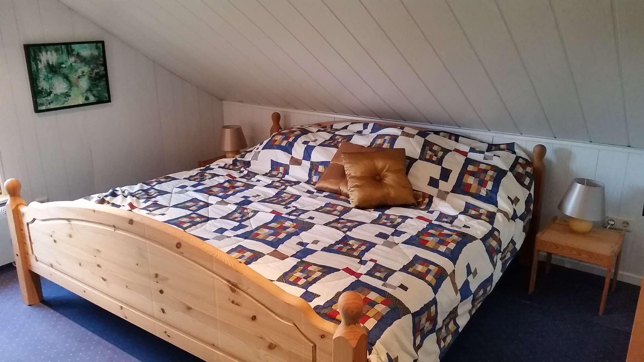 Oben 2e Schlafzimmer mit Doppelbett