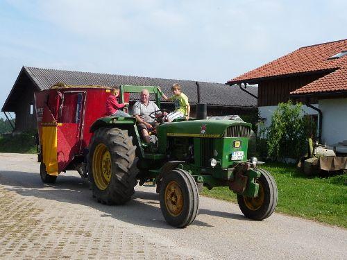 ...mit Bauer Hans beim Traktor fahren