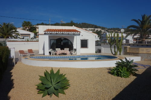 Blick zum Haus mit Pool