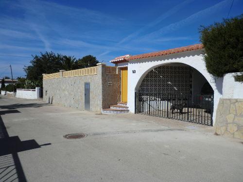 Straßenseite mit Carport und Eingang