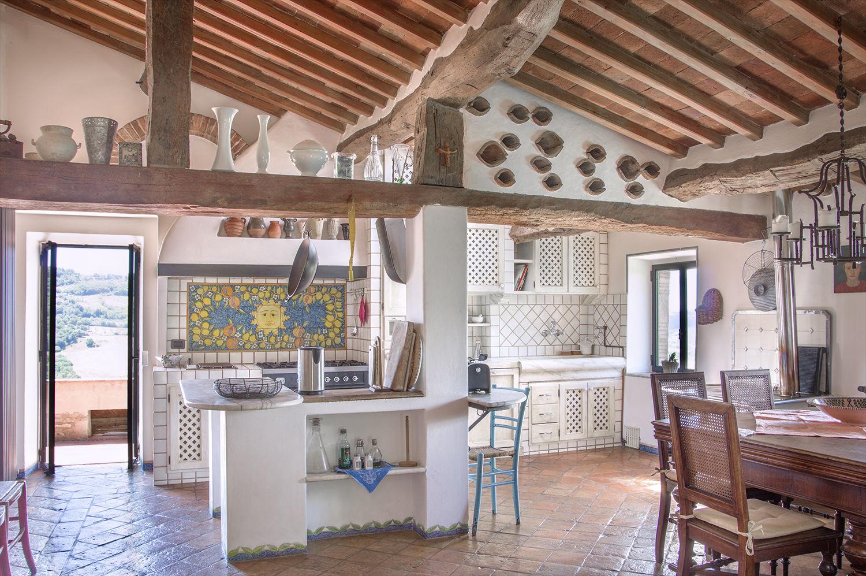 Essecke in der Küche mit Holzofen