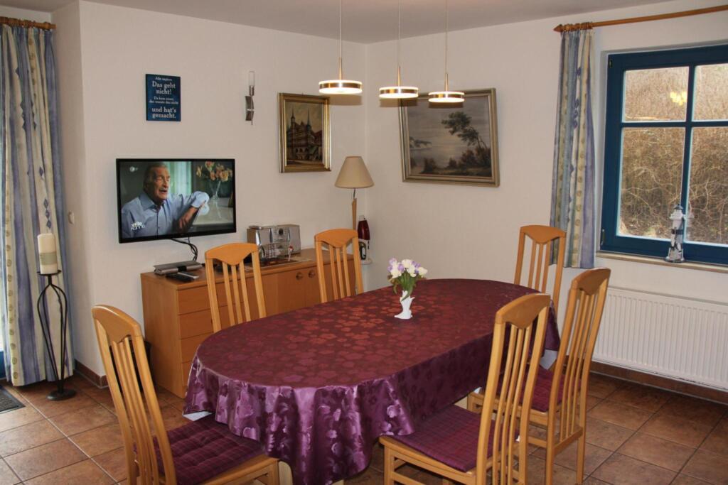 Familienfreundliches Reetdachhaus Weißdorn 2, DHH
